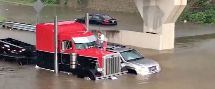 Truck driver rescues a woman standing on her SUV in Baton Rouge, Louisiana