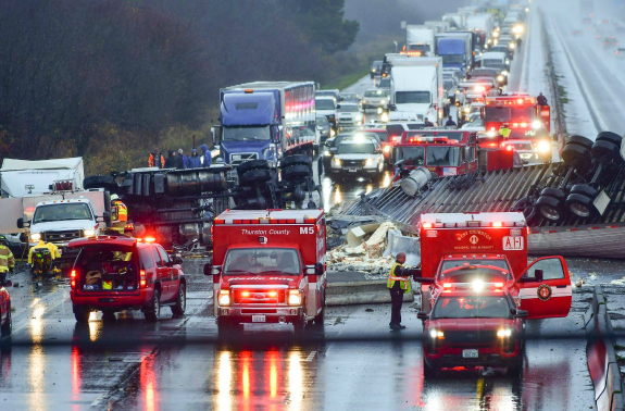 Tractor-trailer accident stops traffic on I-5 in Washington